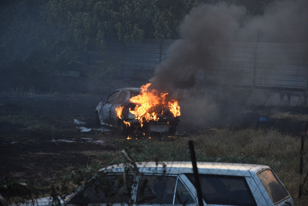 İzmir'in Bornova ilçesinde yediemin deposu olduğu öğrenilen otluk alanda çıkan yangında birçok araç kullanılamaz hale geldi. ile ilgili görsel sonucu