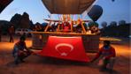 Kapadokya'da görsel şölen... Balonlar Türk bayraklarıyla havalandı