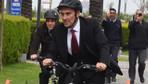 Tunç Soyer, 23 Nisan kutlamalarına bisiklete gitti