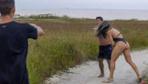 Kadın dövüşçü mastürbasyon yapan tacizciyi tekme tokat dövdü