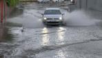 Fatih'te vatandaş sağanak yağmura hazırlıksız yakalandı