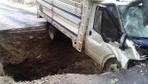 Adana'da yağış nedeniyle yol aniden çöktü seyir halindeki kamyonet çukura düştü