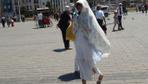 İstanbul 40 derece sıcaklığı gördü! Turistler Taksim Meydanı'nda bakın nasıl önlem aldı