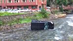 Trabzon'da direksiyon hakimiyetini kaybeden sürücü dereye uçtu