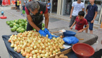 Adana'da polis pazar tezgahlarında böyle uyuşturucu aradı