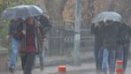 İstanbul'u sağanak yağmur vurdu yollar göle döndü ev ve iş yerlerini su bastı