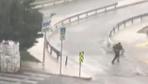 İstanbul'da yolda yürüyen vatandaş gök gürlemesiyle ürkerek koşmaya başladı