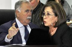 CHP'li başkanın iğrençliğine bakın! Herkesin önünde kadın üyeye ...