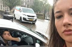 Genç kız tacizcileriyle selfie çekti! Islık çalıp öpücükle...