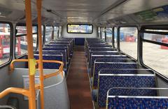 Evsizler için çift katlı otobüsü gezici otele dönüştürdü