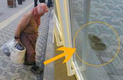 Bankaya çamurlu ayakkabılarını çıkarıp giren kadının görüntüleri