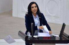 CHP'li Gülay Yedekçi 2018 bütçesini Meclis kürsüsünde yırttı!