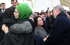 Acılı anne Emine Erdoğan'a sarılıp hüngür hüngür ağladı