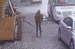 Kaldırımda yürürken başına 4 metrelik kalıp demir düştü