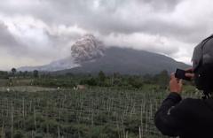 Sinabung Dağı'ndaki yanardağ patladı