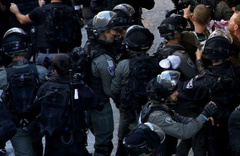 İsrail polisi Mescid-i Aksa'da kimlikleri topluyor