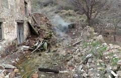 Depremde yıkılan evin yerinden kaynak suyu çıktı