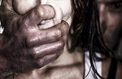 Lezbiyen olduğunu açıklayan kızına tecavüz etti