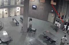Mahkumlar gardiyana böyle saldırdı