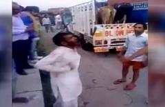 İnek taşıyan Müslüman şoförü döverek öldürdüler