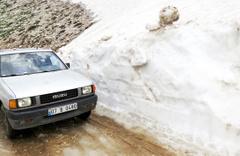 Olacak iş değil! Antalya'da kardan kente inemediler