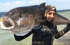 Zıpkınla 68 kiloluk balık yakaladı