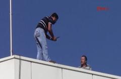 Ücretini alamayınca çılgına dönüp çatıya çıktı