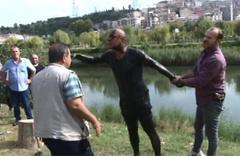 Polisten kaçarken dereye atladı; çamura saplandı!