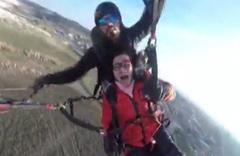 Çinli kadın yamaç paraşütü yaparken gökyüzünde bayıldı