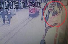 İstiklal'de yürürken kafasına tahta düştü