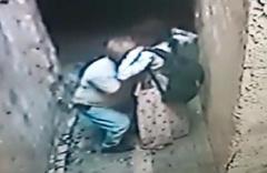 50 yaşındaki sapık kızı sokakta sıkıştırıp taciz etti şoke eden anlar kamerada