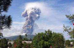 Deprem ve tsunami ile sarsılan Endonezya'da yanardağ patladı!