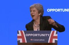 İngiltere Başbakanı May'in dansı sosyal medyayı salladı!
