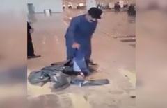 Pakistanlı bakan, uçuşu iptal edilince kıyafetlerini yaktı