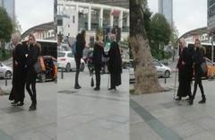 Hasta numarası yapıp turistlerden para dilenen iki kadın kamerada