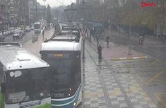 Tramvay hatta giren özel halk otobüsüne çarptı