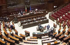 Meclis'te seks skandalı iki milletvekili tuvalette basıldı...