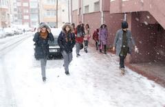 Beklenen kar yağışı çok yoğun geldi yollar kapandı okullar tatil oluyor