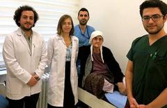 74 yaşındaki kanser hastasına bacak kemiğinden yeni çene yapıldı