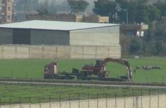 YPG'lilere hendek kazmak için iş makinesi yardımı