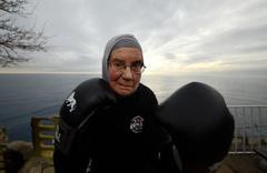 72 yaşında ringe çıktı sağlı sollu yumruk attı