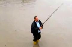 Sel suyuna olta attı balıkları bekledi
