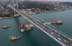 İstanbul boğazında ilginç görüntüler! Dev patform böyle geçti