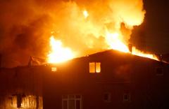 Kagıthane'de 5 katlı binanın çatı katı küle döndü