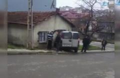 Freni tutmayan otomobil, evin duvarına çarptı