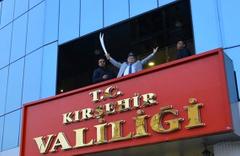 Kırşehir Valisi Necati Şentürk kimdir elinde niye kılıç var