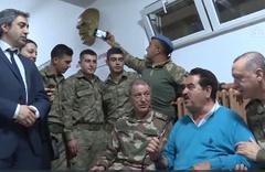 Hulusi Akar'dan selfie çeken askere uyarı