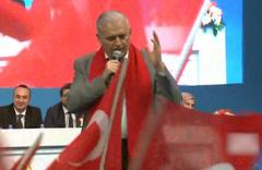 Başbakan Binali Yıldırım kongrede şarkı söyledi