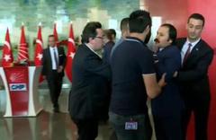 CHP'de gergin anlar! Bülent Tezcan'ın üstüne yürüdü...