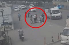 Kadın hırsızı sokak ortasında evire çevire dövdüler!